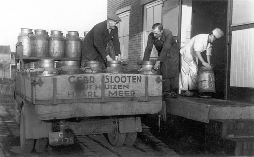 Schipholweg N 0965 19__ Melk Lossen bij Melkfabriek Gebr Slooten 02