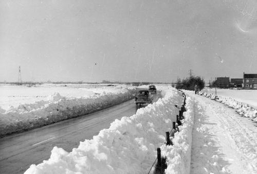 <b>ZOEKPLAATJE:</b>&nbsp;Schipholweg Onbekend 1955 Sneeuwruimen door Piet Vastenhout 01