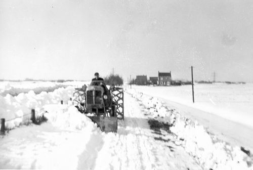 <b>ZOEKPLAATJE:</b>Schipholweg Onbekend 1955 Sneeuwruimen door Piet Vastenhout 02