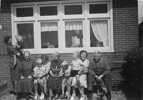 Schouten Johannes 1939 Familiefoto voor het huis