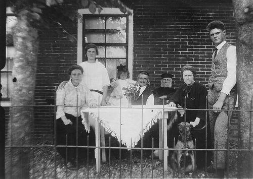 Schouten Johannes 19__ Familiefoto voor het huis met opa v Miltenburg