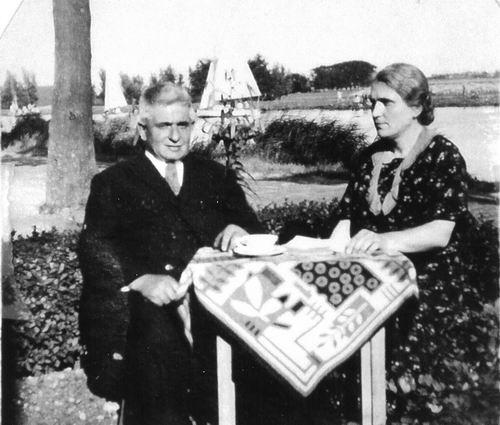 Schouten Johannes 19__ met vrouw Wilhelmina v Miltenburg in de Tuin