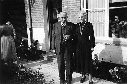 Schouten Johannes 19__ met vrouw Wilhelmina v Miltenburg voor Huisnr 65