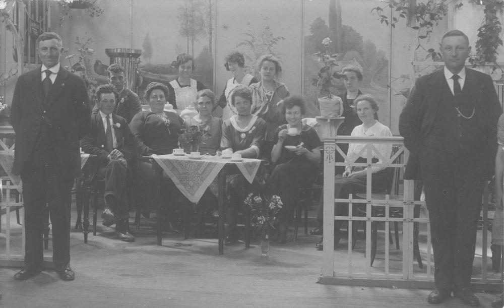 Sluijs_Bets_van_der_1892_1923_Groep_in_de_Beurs