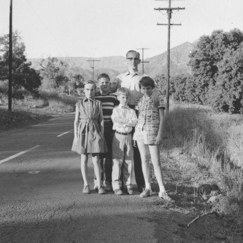 Smit Cor 1956 met zijn Kinderen langs de Weg