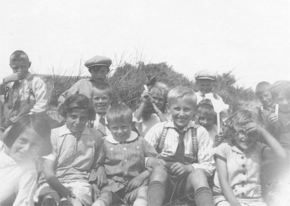 Smit Cor 19__ met andere Kinderen in de Duinen 01