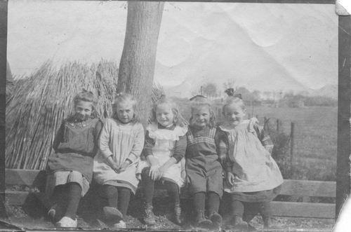 <b>ZOEKPLAATJE:</b>Smit Maartje 1913 191_ op Hekje met andere Meisjes