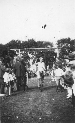 Smit Maartje 1913 1932 Ringsteken op Koninginnedag in Vijfhuizen