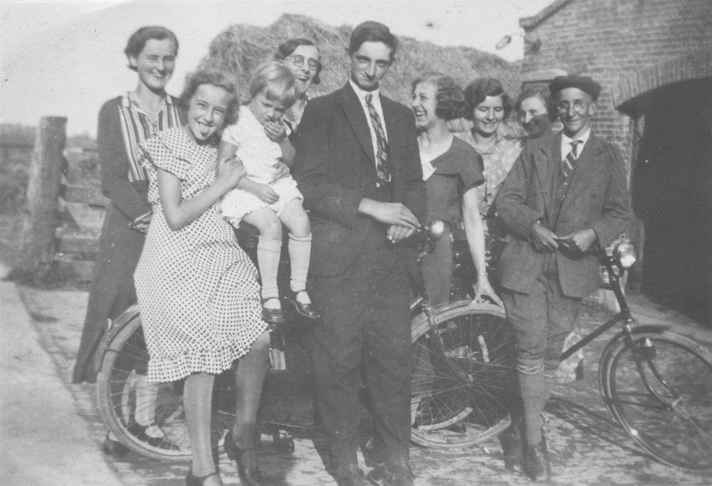 Smit Maartje 1913 1933 op Fiets met Vrienden