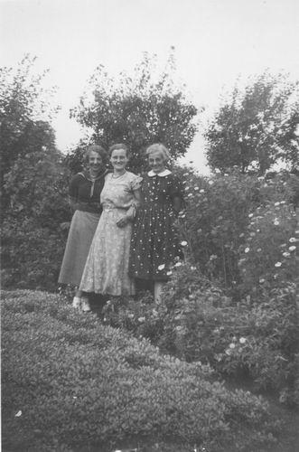 Smit Maartje 1913 1936 met Vriendinnen 01