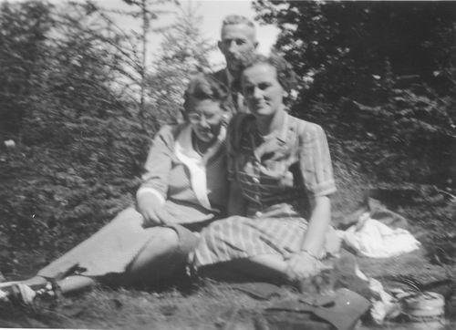 Smit Maartje 1913 19__ met echtpaar Hein v Reeuwijk