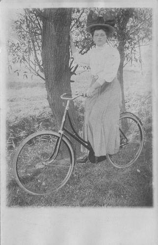 Smit Maartje 1913 1930 op Fiets bij Boom 01