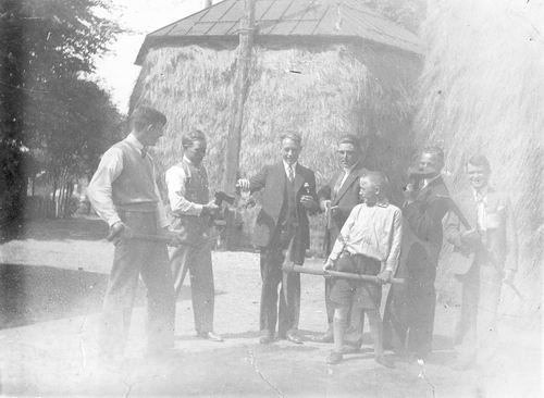 Smit Machiel 1920 193_ op Erf met Jongens met Bijlen etc