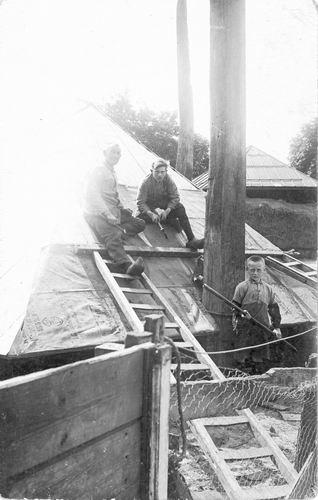 Smit Nicolaas 1877 192_ Timmeren op dak met Nico en Chiel