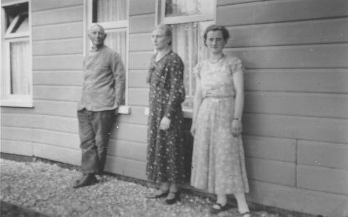Smit Nicolaas 1877 19__ voor Huis met vrouw en dochter Maartje