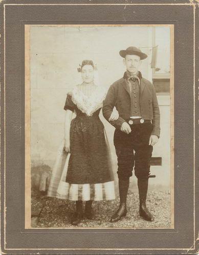 Blaaderen Cor v 1876 19__ in Klederdracht met Vrouw Mina Schneider