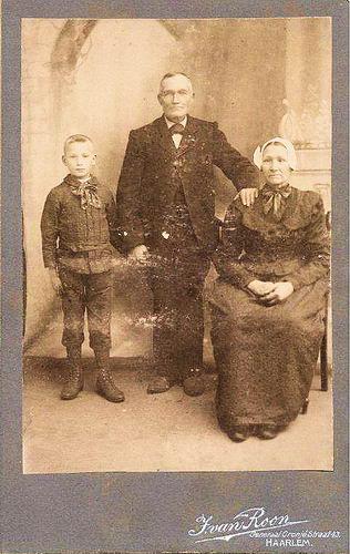 Colijn Antonie 1833 19__ met Vrouw en Zoon bij Fotograaf