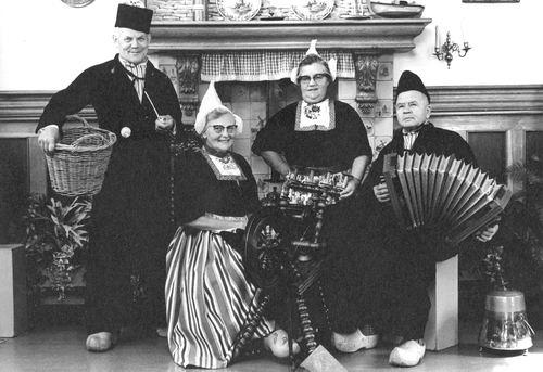 Stout Gerard 1901 19__ met broer Jan en Vrouwen in Volendam