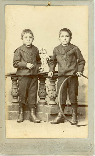 Streefkerk Hendrik 18__ met tweelingbroer Dirk bij Fotograaf