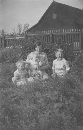 Suidgeest-Stokman Annie 19__ met 3 kinderen