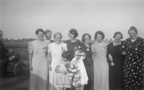 <b>ZOEKPLAATJE:</b>&nbsp;Tichelaar Overgrootmoeder met dochters