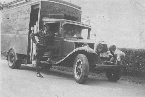 Tienderen Gebr 1940± Vrachtauto met Cor Honcoop