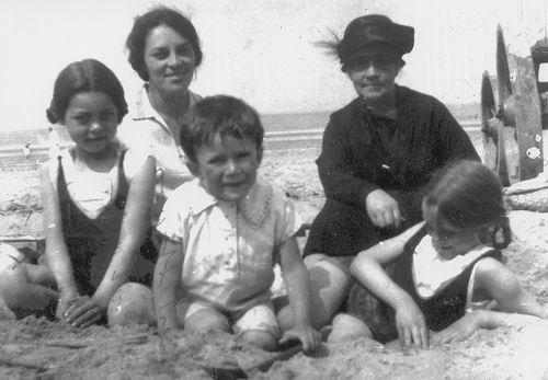Treur-Kraaij Grietje 1870 19__ op Strand met Familie