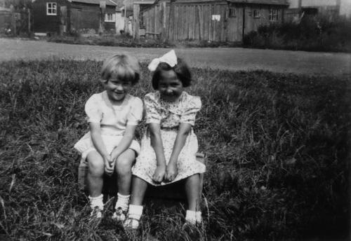 Tuinweg N 001_ 1945 met Ada Dekker en Willy Bras