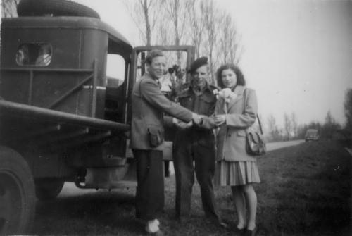 Uithol Jan Sr 1946 met Jaap van der Heuvel en Mien van Zundert