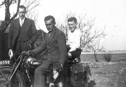 Vastenhout Arie 19__ op Motor met Broers