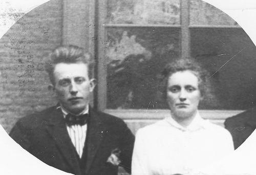Vastenhout Petrus M 1928 met verloofde MA vd Voort