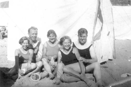 <b>ZOEKPLAATJE:</b>Vellekoop Arie 1902 19__ op het Strand met 029