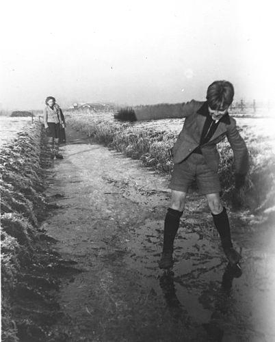 Verschoor Pieter 1931 194_ Schaatsen met Familie 01