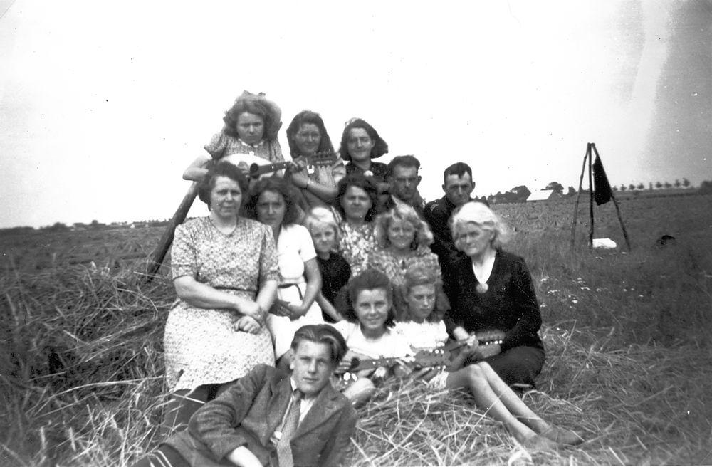 Verzaal-Cardol Catharina 19__ met Familie Kamperen op Heuvel 01