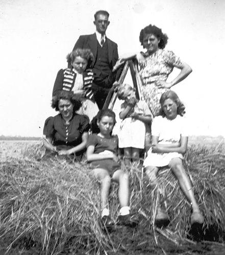 Verzaal-Cardol Catharina 19__ met Familie Kamperen op Heuvel 13