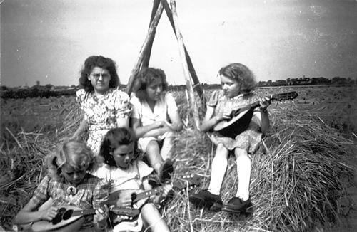 Verzaal-Cardol Catharina 19__ met Familie Kamperen op Heuvel 15