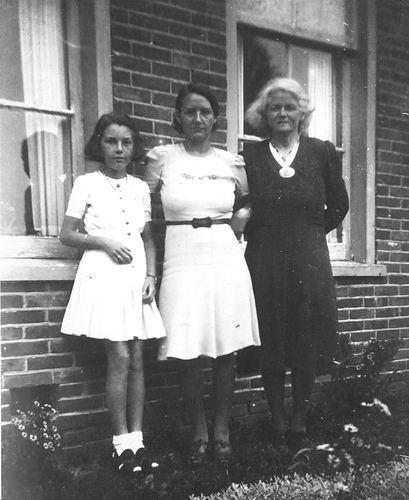 Verzaal-Cardol Catharina 19__ met Familie voor Huis Hanepoel 04