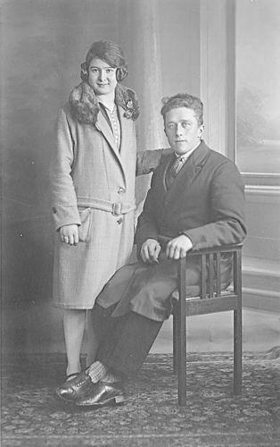 Verzaal Cornelia 1910 19__ bij de Fotograaf met man Arie vd Heuvel