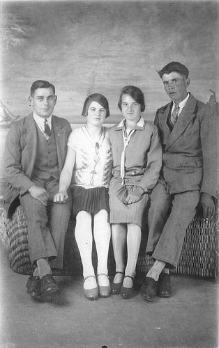 <b>ZOEKPLAATJE:</b>Verzaal Magdalena M 1906 19__ bij Fotograaf met Onbekend Knol