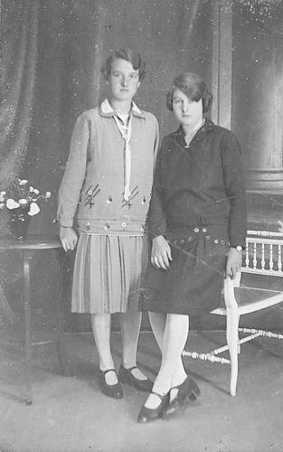 Verzaal Magdalena M 1906 19__ bij Fotograaf met zus Cornelia