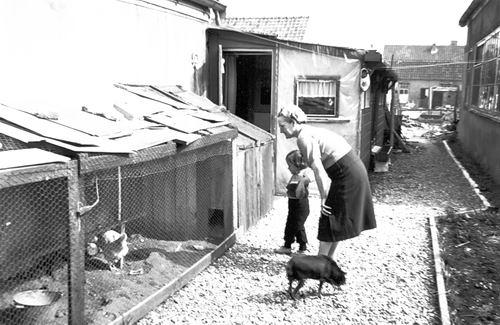 Verzaal Pieter 1913 19__ Dochter Ineke op Erf Jan Galis 02