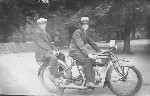 <b>ZOEKPLAATJE:</b>Verzaal Pieter 1913 19__ op Motor met Onbekend 01