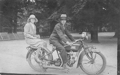 <b>ZOEKPLAATJE:</b>Verzaal Pieter 1913 19__ op Motor met Onbekend 02