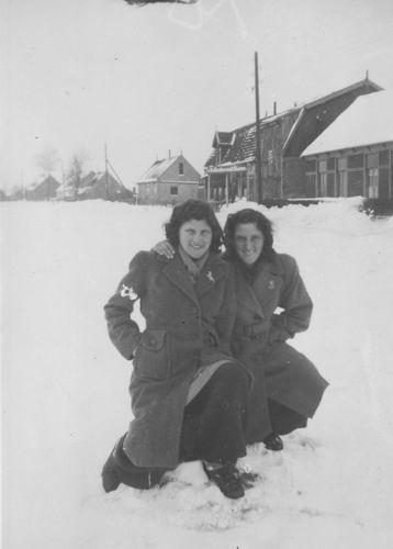 Vijfhuizerdijk 0003-11 1947 Cafe vd Meer met Aga en Annie Meijer 01