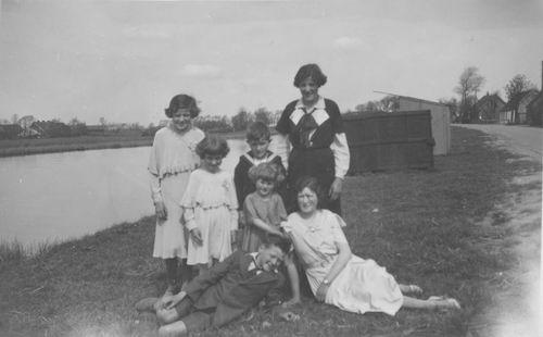 Vijfhuizerdijk 0015ev 19__ met kinderen Meijer
