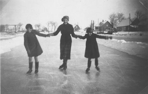 Vijfhuizerdijk 003_ 19__ met schaatsende Meiden Meijer