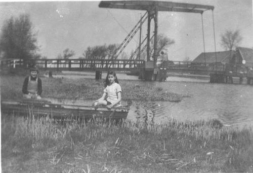 Vijfhuizerdijk 004_ 19__ Ophaalbrug met Meiden Meijer