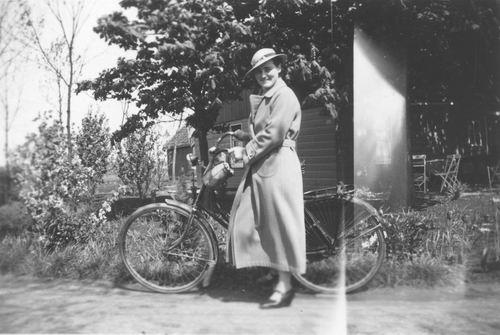 Vijfhuizerdijk 0182 1935 met Maartje Smit op Fiets