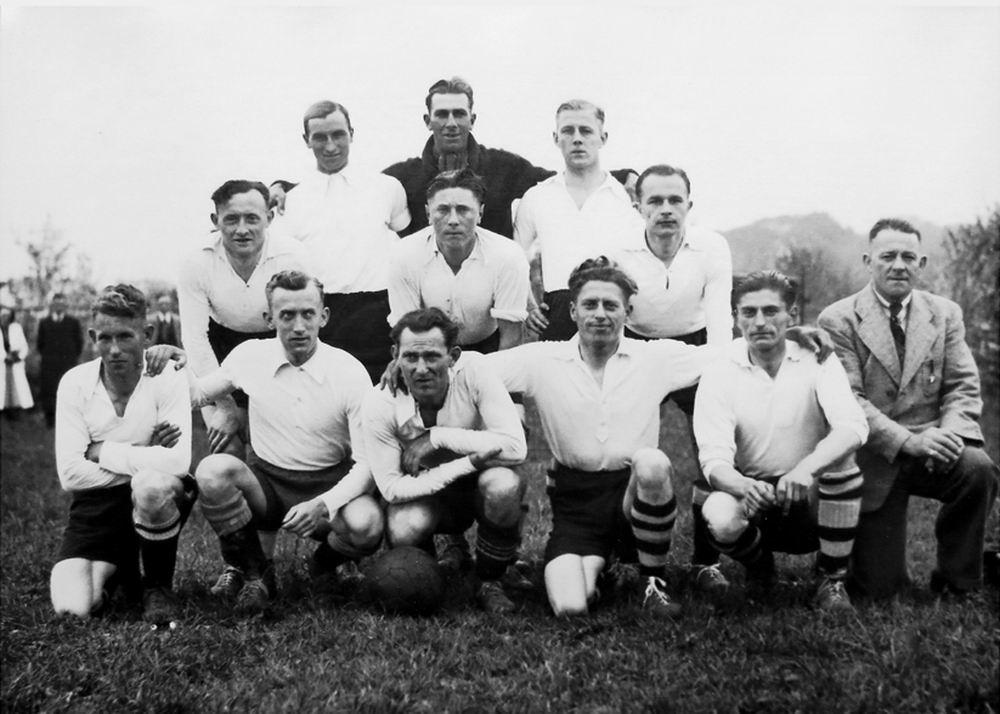 Voetbal SV Lijnden 1941-42 het 1e Elftal Kampioen met _2