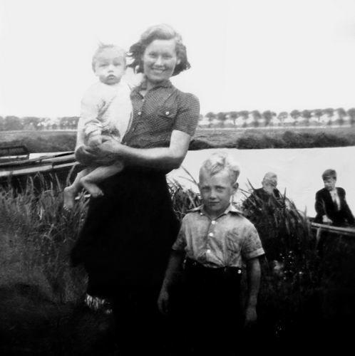 Volger Cor 1913 1945 vrouw Kitty met zoons Rinus en Jan